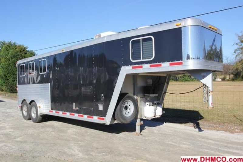 Featherlite horse trailer for sale used 2006 3 horse for Shop with living quarters for sale