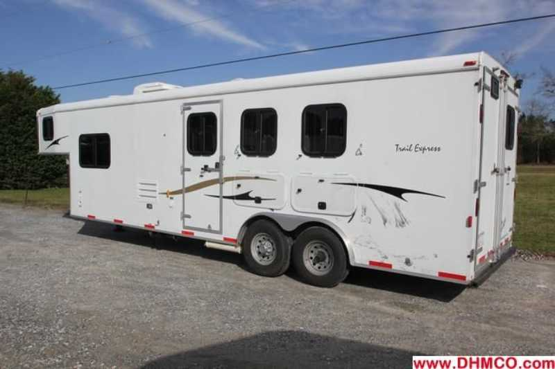 Used 2008 Bison 3 Horse Slant Trailer