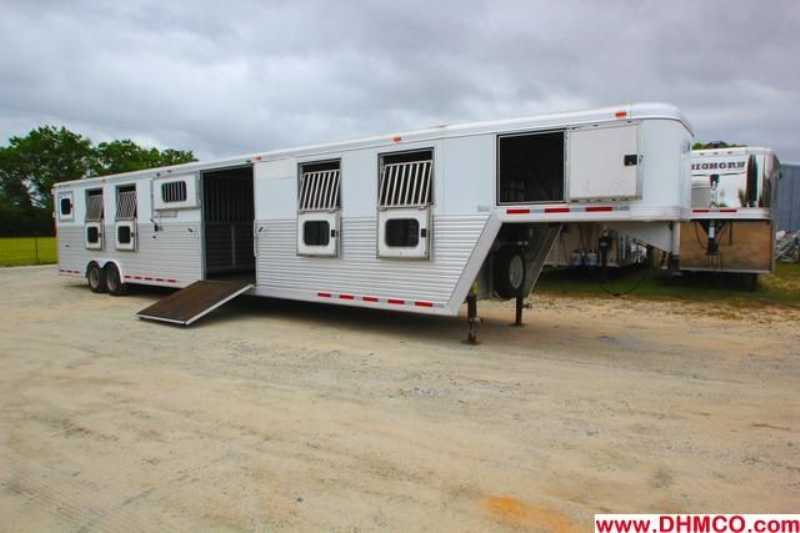Used 2004 CM 12 Horse Straight Trailer