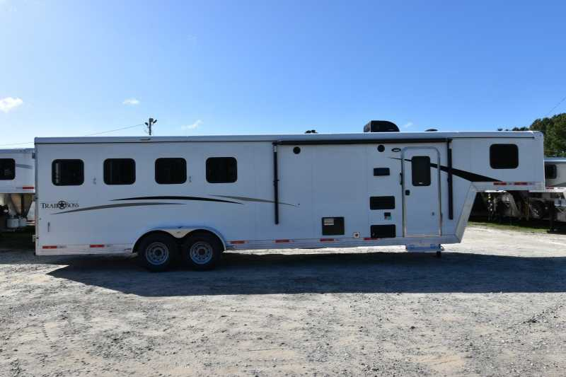 #07835 - New 2018 Bison Trail Boss 7409 4 Horse Trailer with 9' Short Wall